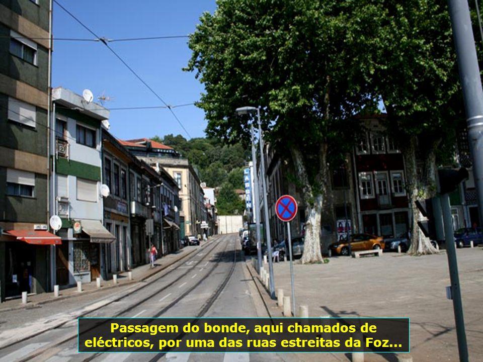 À beira-rio, o bairro de Massarelos torna-se fascinante com as suas ruelas, casas típicas e população pitoresca...