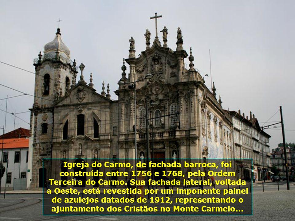 Torre dos Clérigos, obra de Nicolau Nasoni, construída durante o séc. XVIII, em estilo barroco. Tem seis andares e 76m de altura, acessíveis por uma e