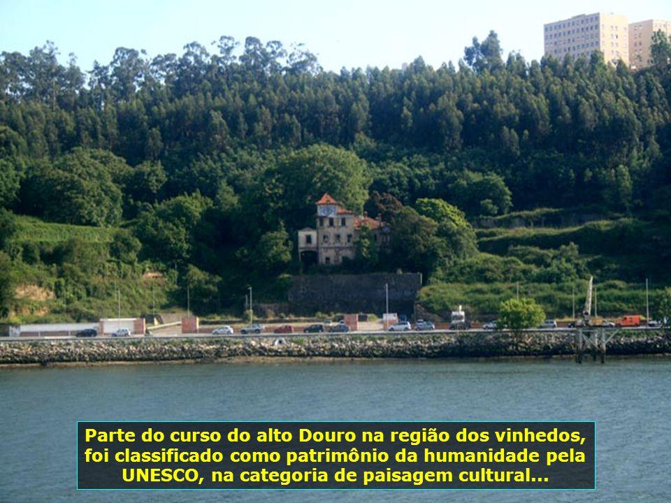 O Rio Douro nasce na província de Sória, na Espanha, percorre 850 km e chega ao norte de Portugal, tendo sua foz aqui na cidade do Porto, junto ao Oce