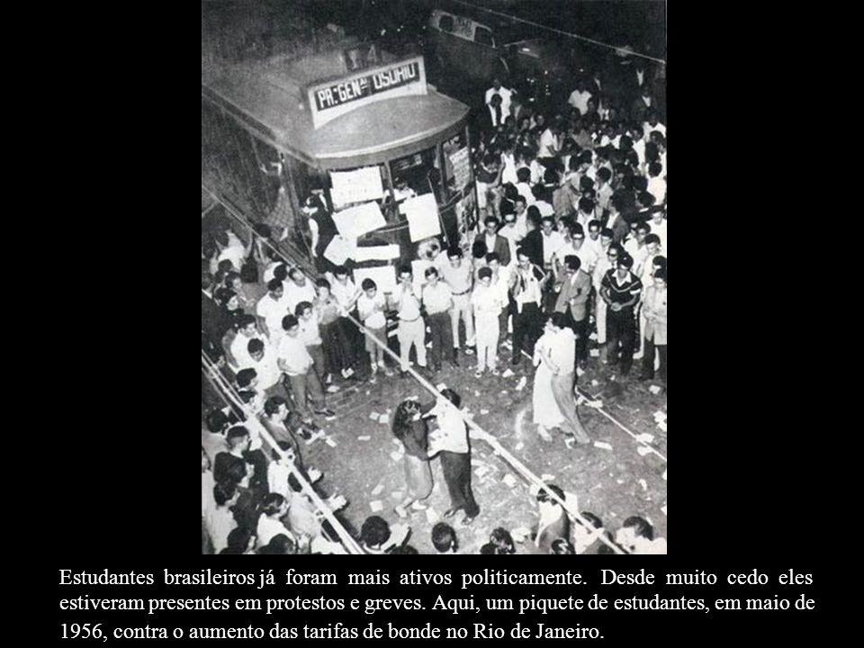 Maio de 1944 no Rio de Janeiro, a Primeira Divisão de Infantaria Expedicionária (1ª DIE) exibe-se nas ruas antes de partir para o front, acompanhados atentamente por um grupo de normalistas.
