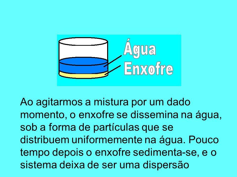 Quando agitada, a gelatina (disperso) se dissemina na água (dispersante) sob a forma de pequenas partículas, as quais se distribuem uniformemente na água.