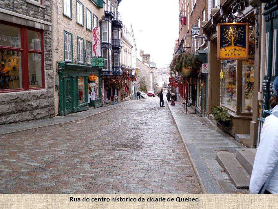 Rua do centro histórico da cidade de Quebec.