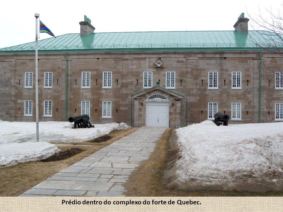 Prédio dentro do complexo do forte de Quebec.