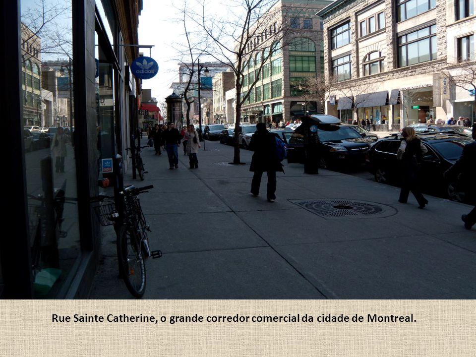 Centro de compras subterrâneo em Montreal.
