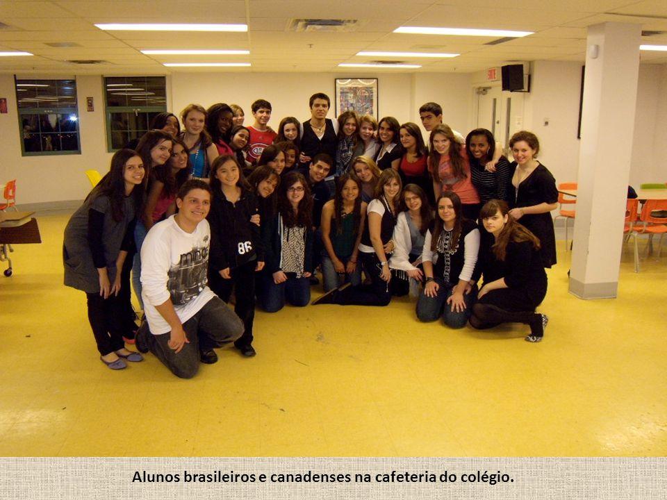 Alunos brasileiros e canadenses na cafeteria do colégio.