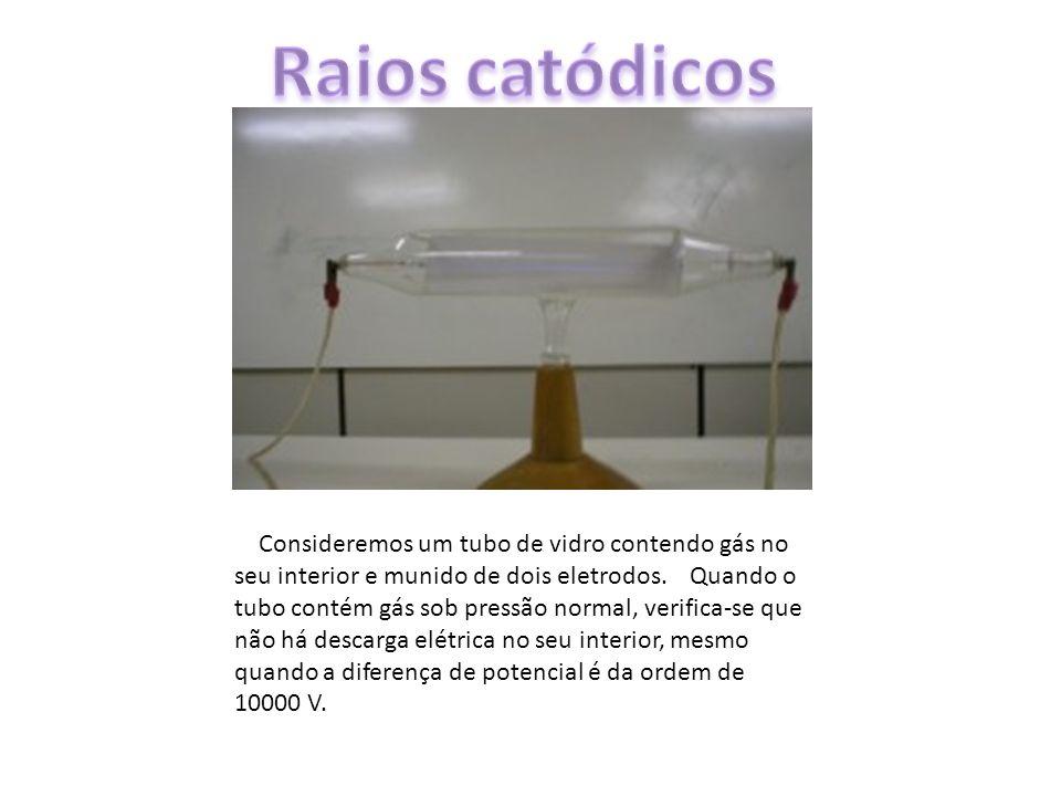 Consideremos um tubo de vidro contendo gás no seu interior e munido de dois eletrodos. Quando o tubo contém gás sob pressão normal, verifica-se que nã