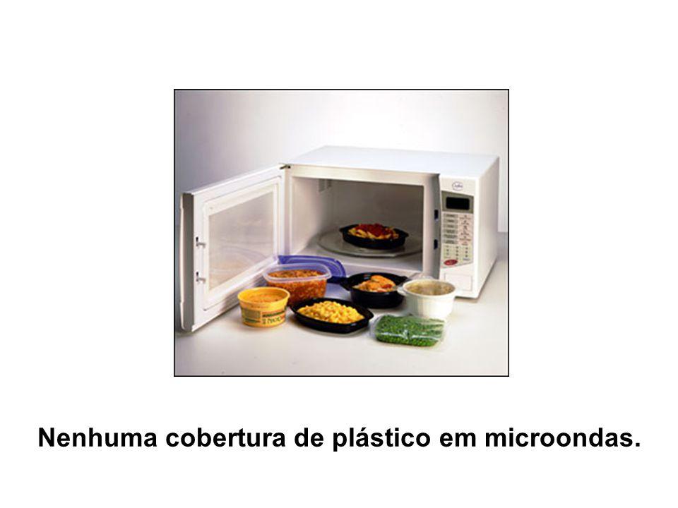 Nenhuma cobertura de plástico em microondas.