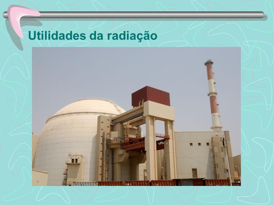 Radioatividade A radioatividade artificial é produzida quando o núcleo atômico é bombardeado com as partículas adequadas assim, estas penetram o núcleo e criam um novo núcleo que é instável, como consequencia ele acaba se desintegrado posteriormente.