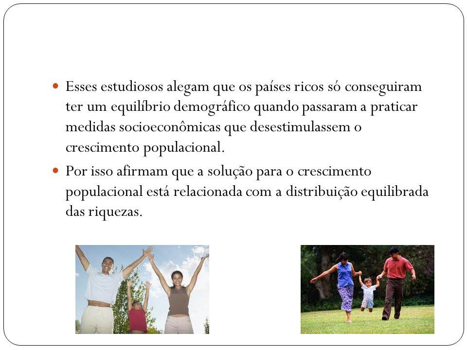 Família Universal Com base no livro A Geografia da População da geografa e Drª Amélia Damiani, existe um projeto da família universal (unidade composta pelo casal e no máximo dois filhos).