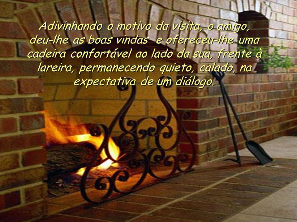 O visitante encontrou-o em casa, sozinho, sentado diante da lareira, onde o fogo estava brilhante e acolhedor..