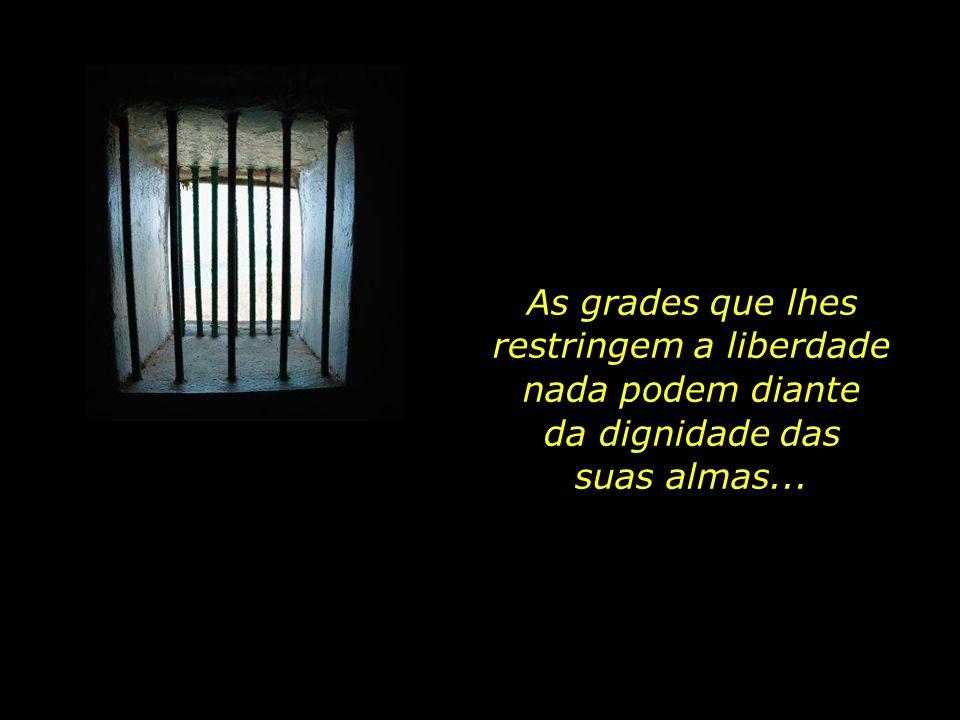 Elas, assim como as demais prisioneiras, não se deixam dobrar às injustiças dentro da cadeia.