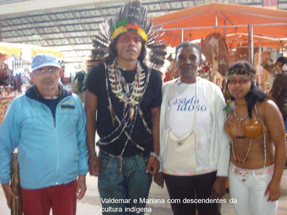 Valdemar e Mariana com descendentes da cultura indígena