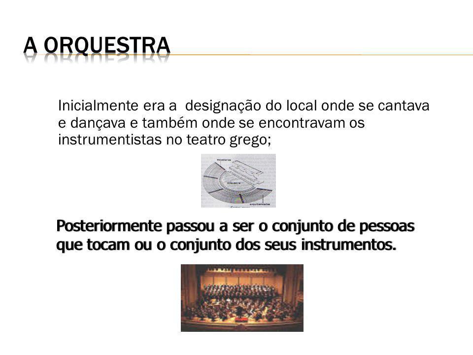 Inicialmente era a designação do local onde se cantava e dançava e também onde se encontravam os instrumentistas no teatro grego; Posteriormente passo