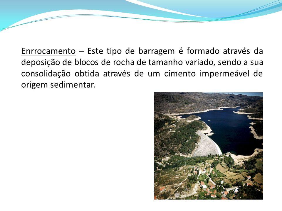 Enrrocamento – Este tipo de barragem é formado através da deposição de blocos de rocha de tamanho variado, sendo a sua consolidação obtida através de