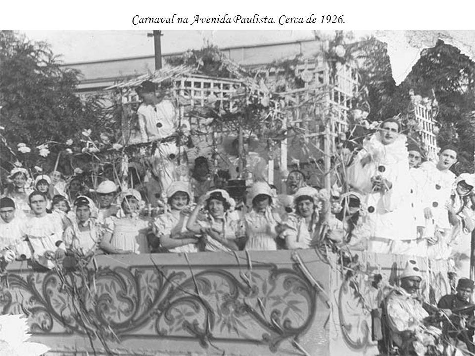 Carnaval na Avenida Paulista. Cerca de 1926.