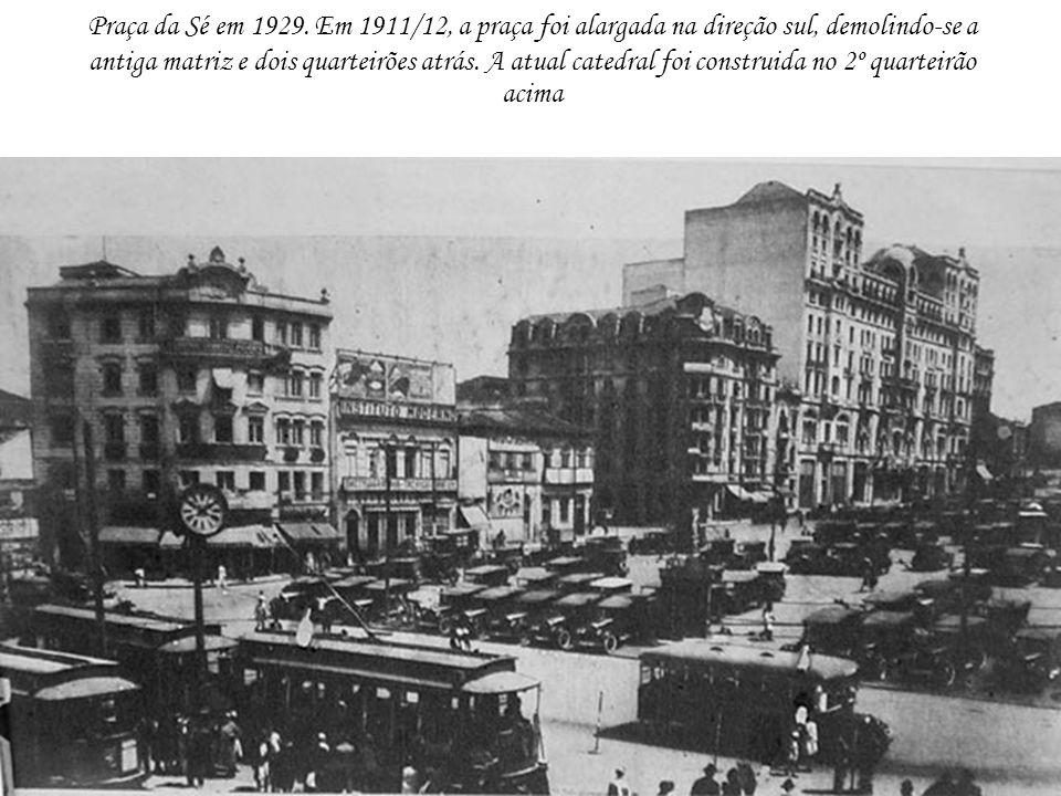 Praça da Sé em 1929. Em 1911/12, a praça foi alargada na direção sul, demolindo-se a antiga matriz e dois quarteirões atrás. A atual catedral foi cons