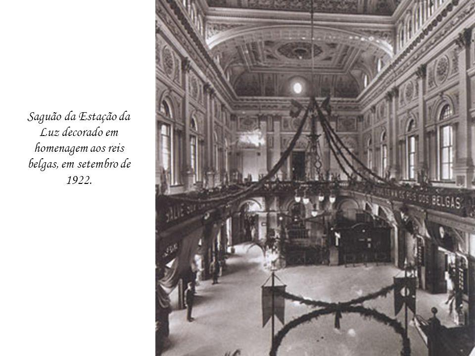 Saguão da Estação da Luz decorado em homenagem aos reis belgas, em setembro de 1922.