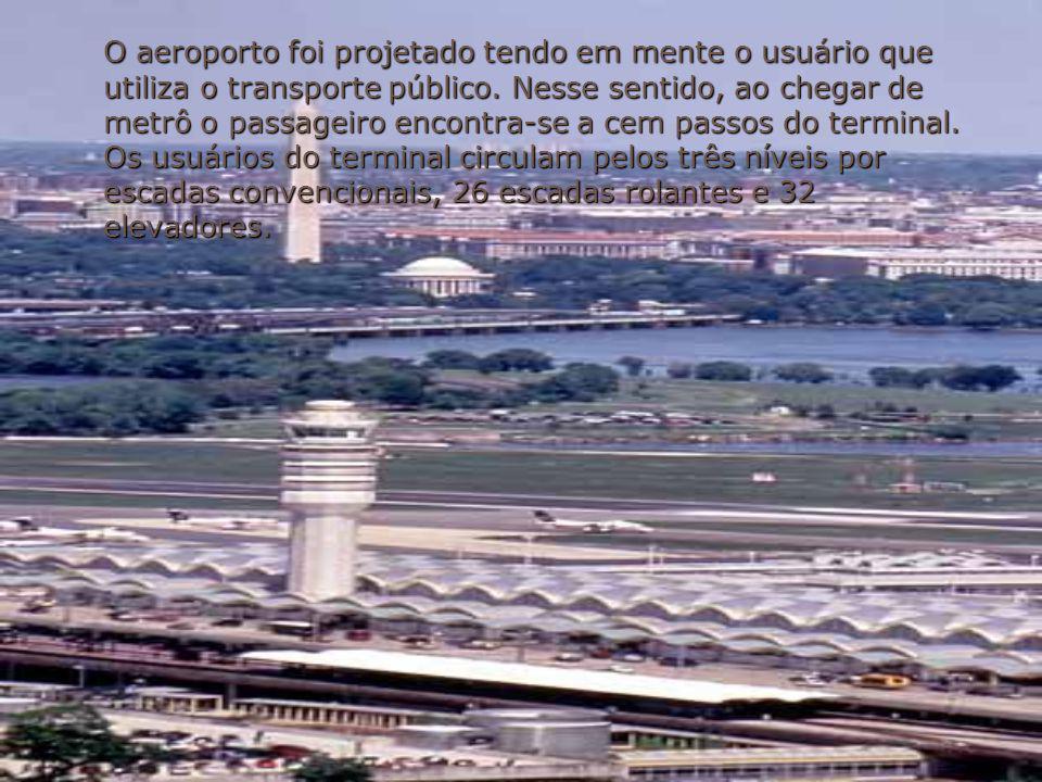 O aeroporto foi projetado tendo em mente o usuário que utiliza o transporte público. Nesse sentido, ao chegar de metrô o passageiro encontra-se a cem
