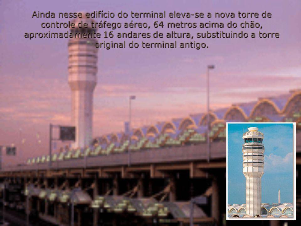Ainda nesse edifício do terminal eleva-se a nova torre de controle de tráfego aéreo, 64 metros acima do chão, aproximadamente 16 andares de altura, su