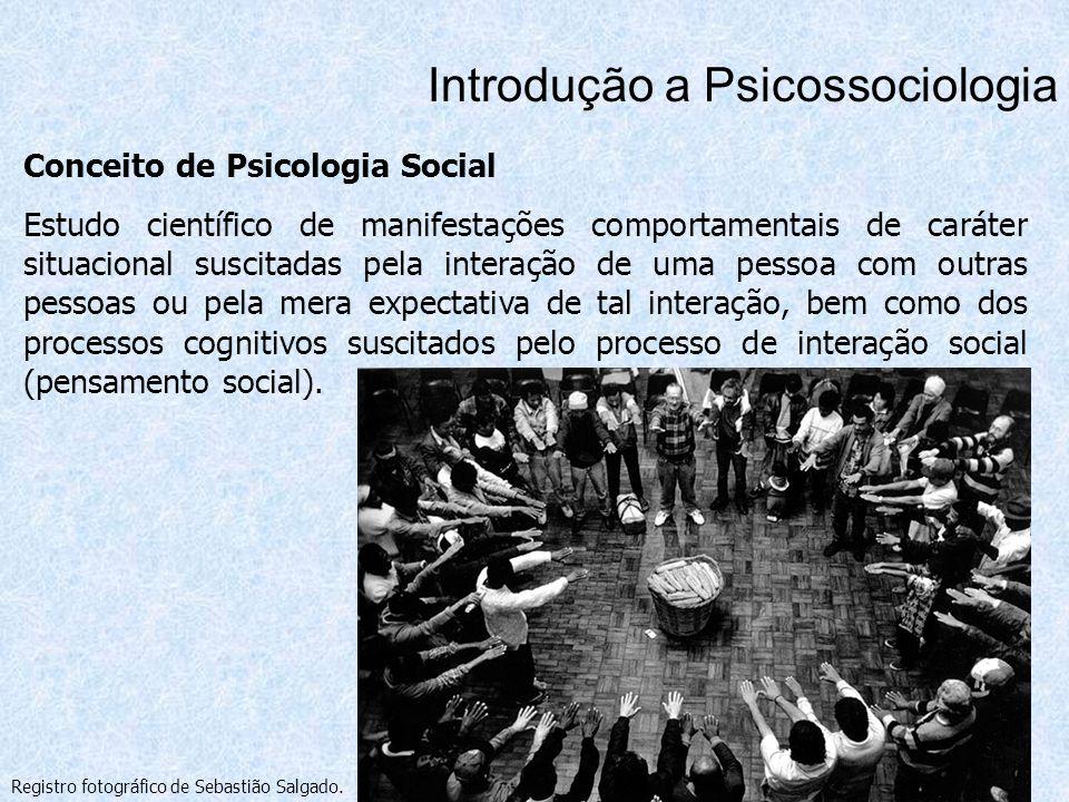 Conceito de Psicologia Social Estudo científico de manifestações comportamentais de caráter situacional suscitadas pela interação de uma pessoa com ou