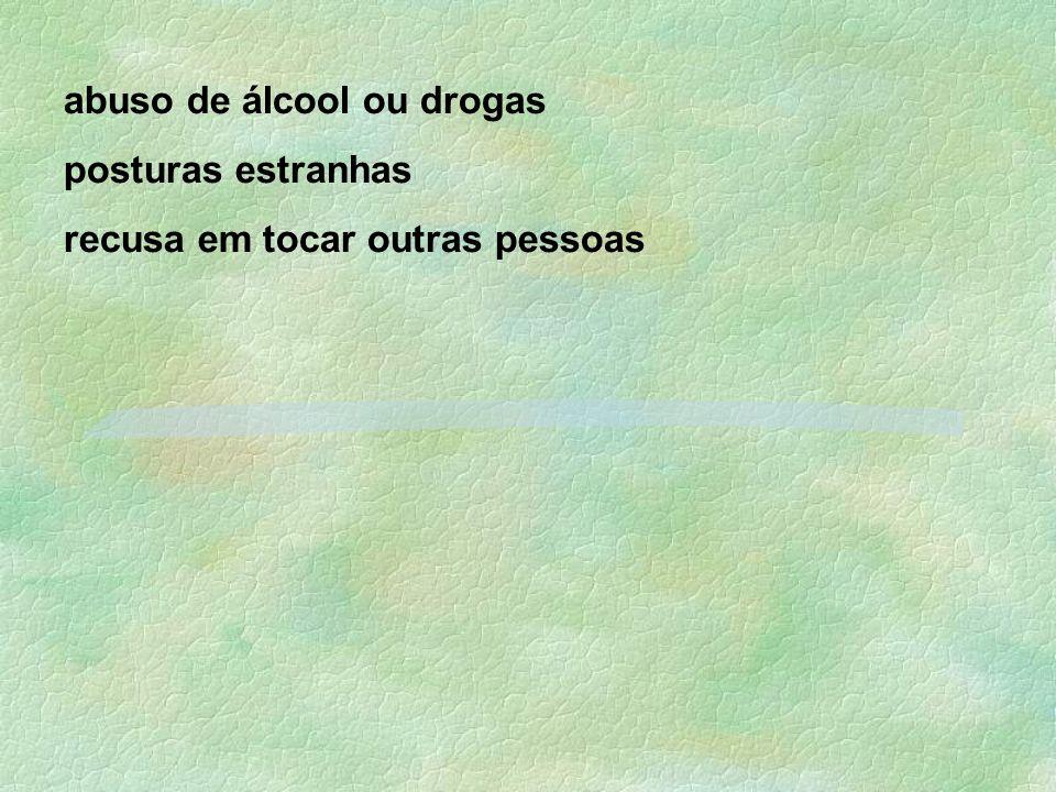 abuso de álcool ou drogas posturas estranhas recusa em tocar outras pessoas
