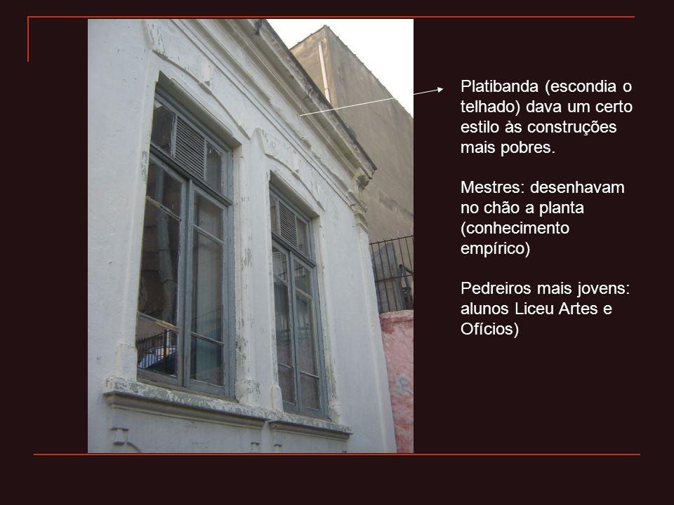 Platibanda (escondia o telhado) dava um certo estilo às construções mais pobres. Mestres: desenhavam no chão a planta (conhecimento empírico) Pedreiro