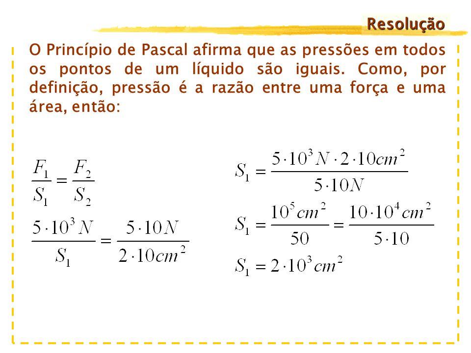 a) 2,0 x 10 cm 2 b) 2,0 x 10 2 cm 2 c) 2,0 x 10 3 cm 2 d) 2,0 x 10 4 cm 2 e) 2,0 x 10 5 cm 2 Exercício 1) Deseja-se construir uma prensa hidráulica que permita exercer no êmbolo maior uma força de 5,0 x 10 3 N, quando se aplica uma força de 50 N no êmbolo menor, cuja área é de 20 cm 2.