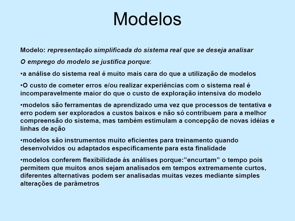 Critérios para escolha do modelo Precisão: deve representar a realidade de forma suficientemente próxima para permitir a tomada de decisões com base em seus resultados Simplicidade:o modelos deve possuir um número reduzido de parâmetros e variáveis além de uma estrutura que representa somente a essência do sistema Robustez: deve representar bem a realidade com o menor número possível de parâmetros (critério associado à validação do modelo) Transparência: o usuário pode testar o modelo e fazer experiências diversas (introduzir alterações) Adequação: o modelo deve dispor de formas de iteração com o usuário que sejam claras, simples e inequívocas (depende do tipo, formação, experiência e conhecimento do usuário)