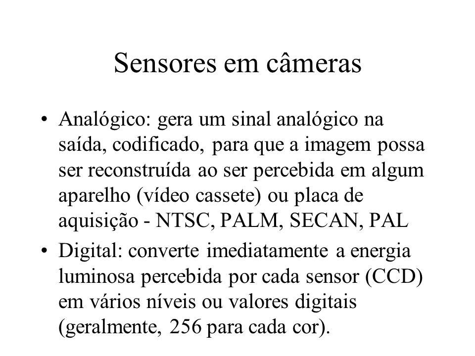 Sensores em câmeras Analógico: gera um sinal analógico na saída, codificado, para que a imagem possa ser reconstruída ao ser percebida em algum aparelho (vídeo cassete) ou placa de aquisição - NTSC, PALM, SECAN, PAL Digital: converte imediatamente a energia luminosa percebida por cada sensor (CCD) em vários níveis ou valores digitais (geralmente, 256 para cada cor).