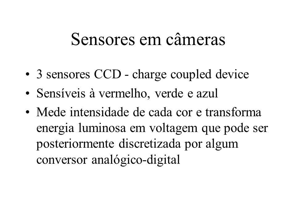 Sensores em câmeras 3 sensores CCD - charge coupled device Sensíveis à vermelho, verde e azul Mede intensidade de cada cor e transforma energia lumino
