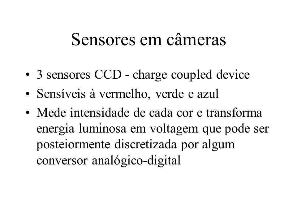Sensores em câmeras 3 sensores CCD - charge coupled device Sensíveis à vermelho, verde e azul Mede intensidade de cada cor e transforma energia luminosa em voltagem que pode ser posteiormente discretizada por algum conversor analógico-digital