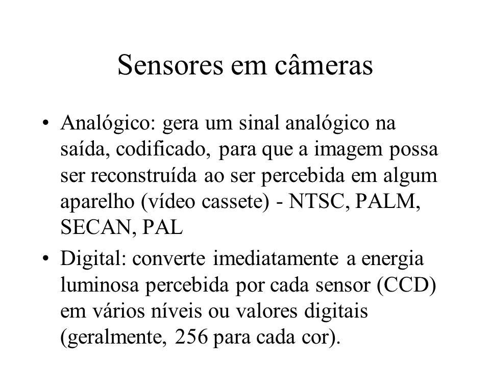 Sensores em câmeras Analógico: gera um sinal analógico na saída, codificado, para que a imagem possa ser reconstruída ao ser percebida em algum aparelho (vídeo cassete) - NTSC, PALM, SECAN, PAL Digital: converte imediatamente a energia luminosa percebida por cada sensor (CCD) em vários níveis ou valores digitais (geralmente, 256 para cada cor).