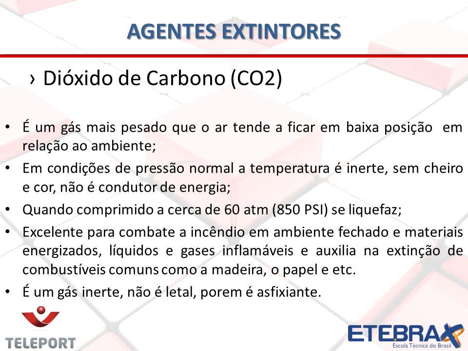 AGENTES EXTINTORES Dióxido de Carbono (CO2) É um gás mais pesado que o ar tende a ficar em baixa posição em relação ao ambiente; Em condições de press