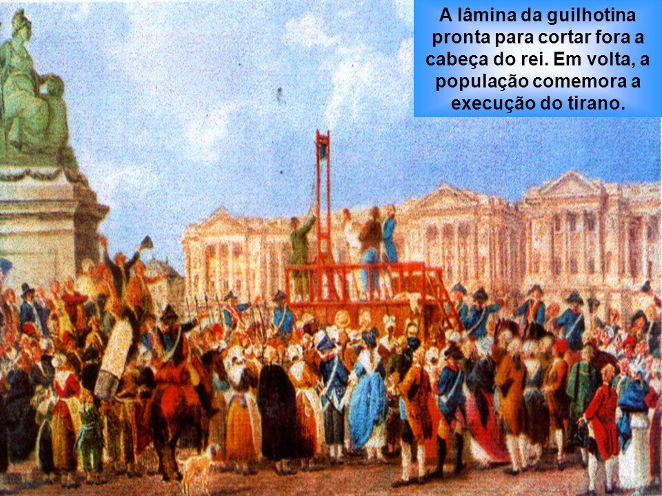 A lâmina da guilhotina pronta para cortar fora a cabeça do rei. Em volta, a população comemora a execução do tirano.