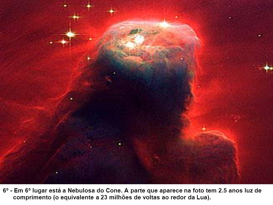 5º - A Nebulosa Ampulheta, distante 8.000 anos luz, que tem um estrangulamento no meio, por causa dos ventos que modelam a nebulosa, serem mais fracos na sua parte central.
