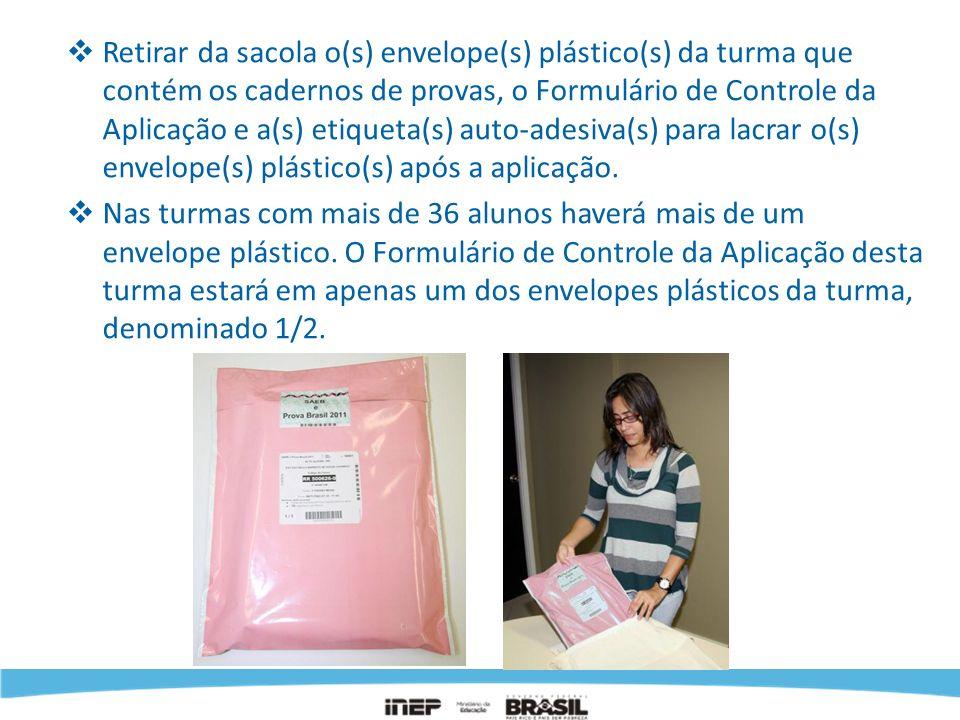 Retirar da sacola o(s) envelope(s) plástico(s) da turma que contém os cadernos de provas, o Formulário de Controle da Aplicação e a(s) etiqueta(s) aut