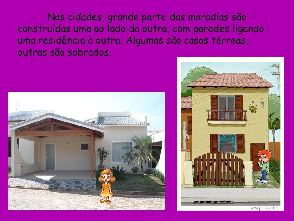 Nas cidades, grande parte das moradias são construídas uma ao lado da outra, com paredes ligando uma residência à outra. Algumas são casas térreas, ou
