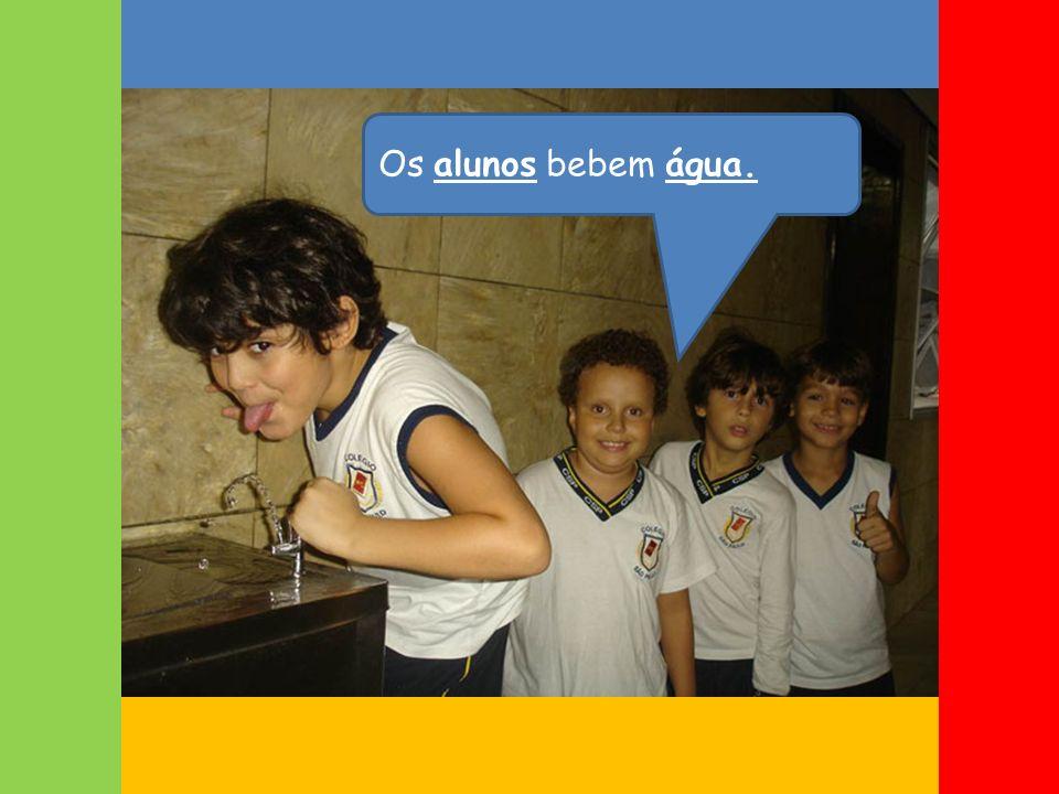 Os alunos bebem água.