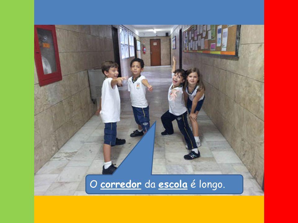 O corredor da escola é longo.