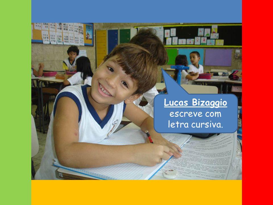 Lucas Bizaggio escreve com letra cursiva.