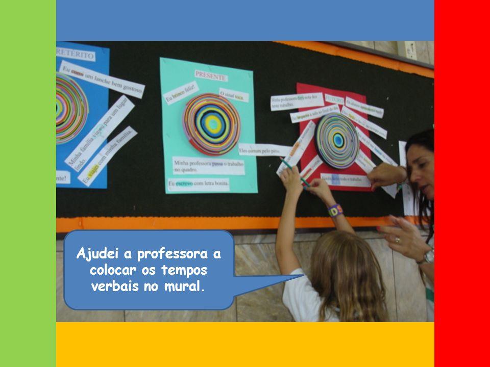 Ajudei a professora a colocar os tempos verbais no mural.