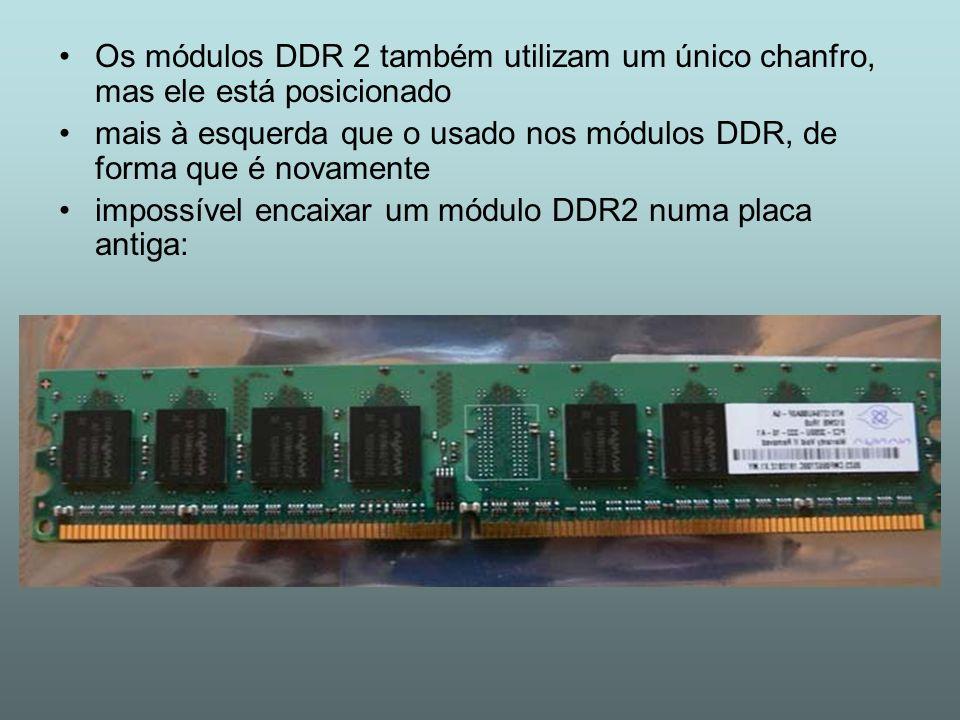 Os módulos DDR 2 também utilizam um único chanfro, mas ele está posicionado mais à esquerda que o usado nos módulos DDR, de forma que é novamente impo
