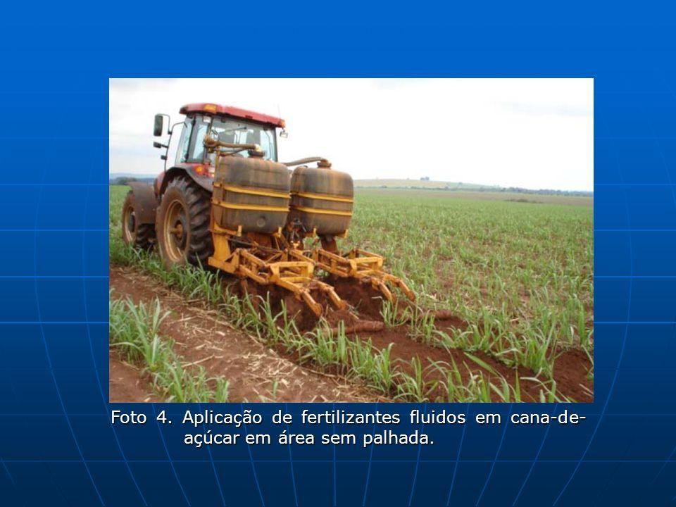 Foto 4. Aplicação de fertilizantes fluidos em cana-de- açúcar em área sem palhada.