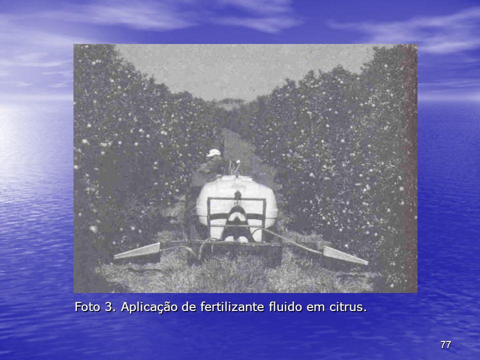 77 Foto 3. Aplicação de fertilizante fluido em citrus.