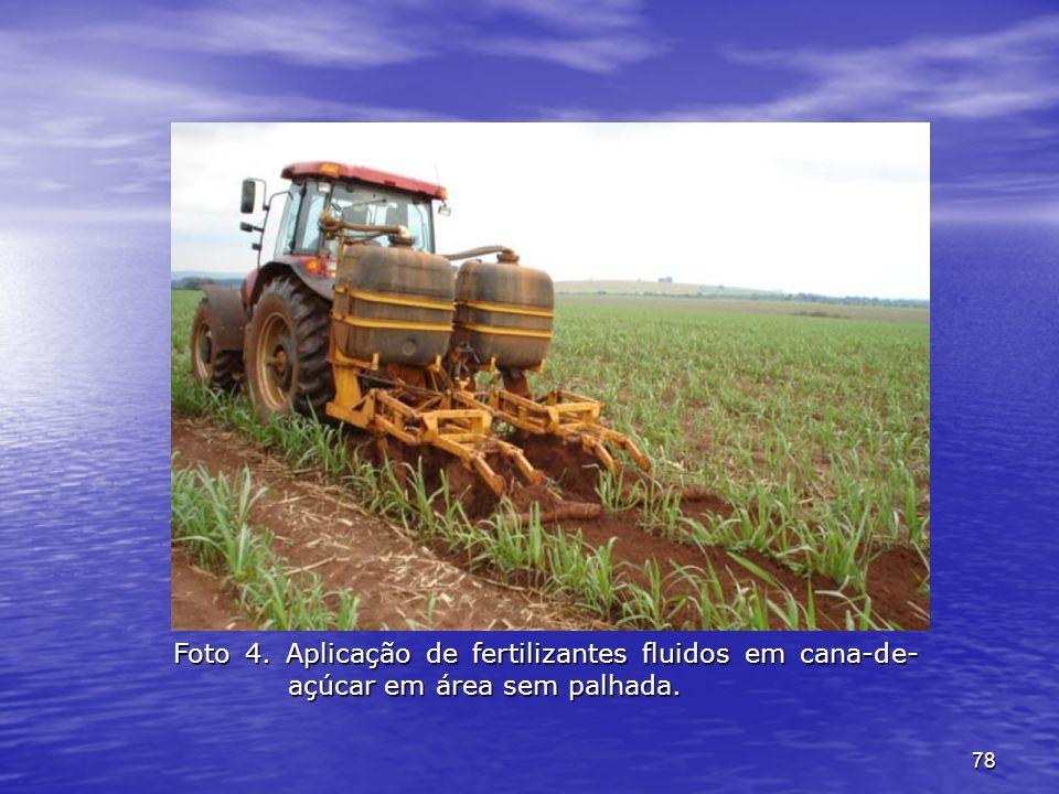 78 Foto 4. Aplicação de fertilizantes fluidos em cana-de- açúcar em área sem palhada.
