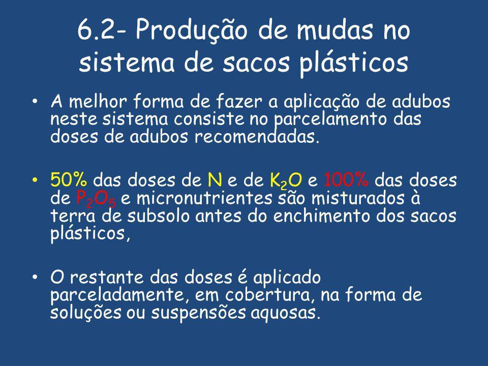 6.2- Produção de mudas no sistema de sacos plásticos A melhor forma de fazer a aplicação de adubos neste sistema consiste no parcelamento das doses de adubos recomendadas.