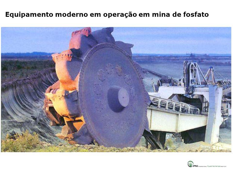 Equipamento moderno em operação em mina de fosfato