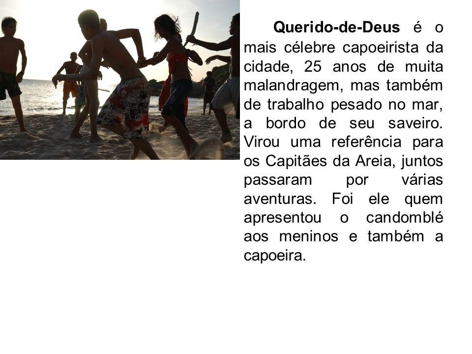 Querido-de-Deus é o mais célebre capoeirista da cidade, 25 anos de muita malandragem, mas também de trabalho pesado no mar, a bordo de seu saveiro. Vi