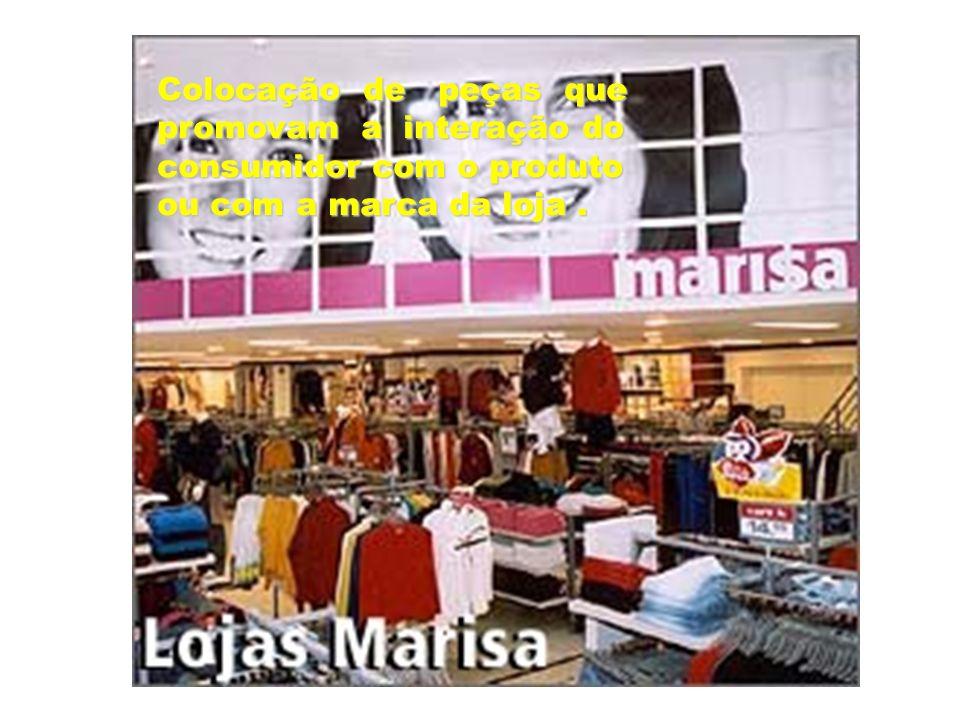Colocação de peças que promovam a interação do consumidor com o produto ou com a marca da loja.