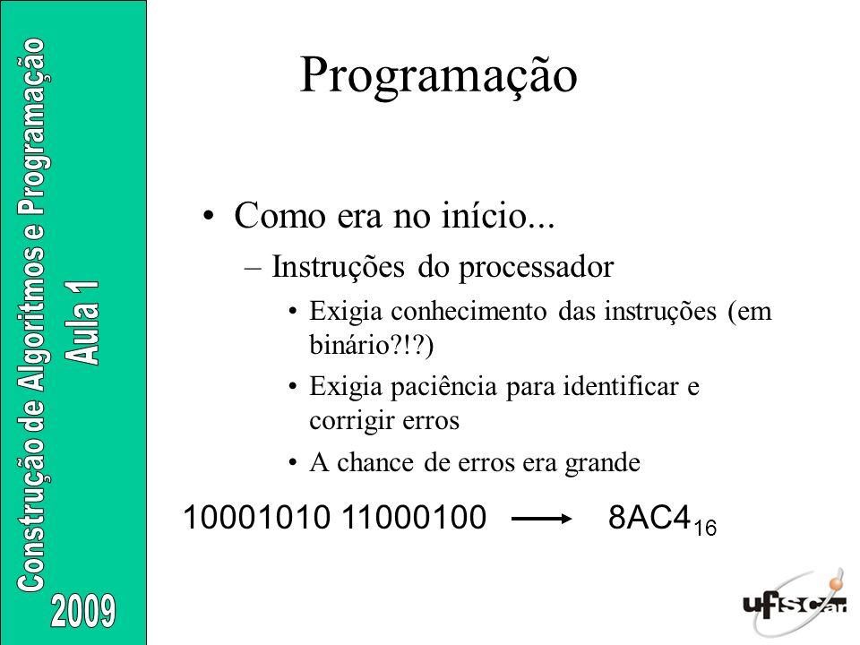 Como era no início... –Instruções do processador Exigia conhecimento das instruções (em binário?!?) Exigia paciência para identificar e corrigir erros